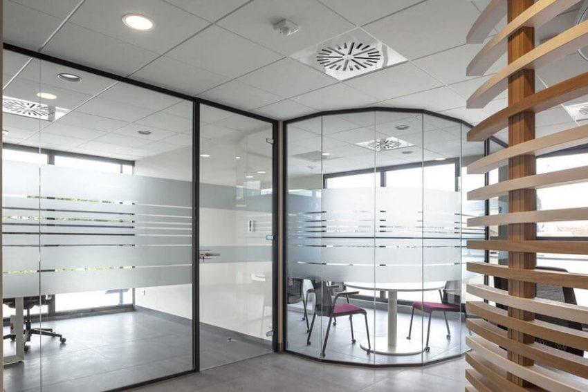Ett vackert och livfullt kontor med glasväggar
